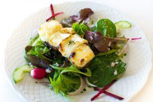salade crottin de chèvre rôti au miel - restaurant le canal